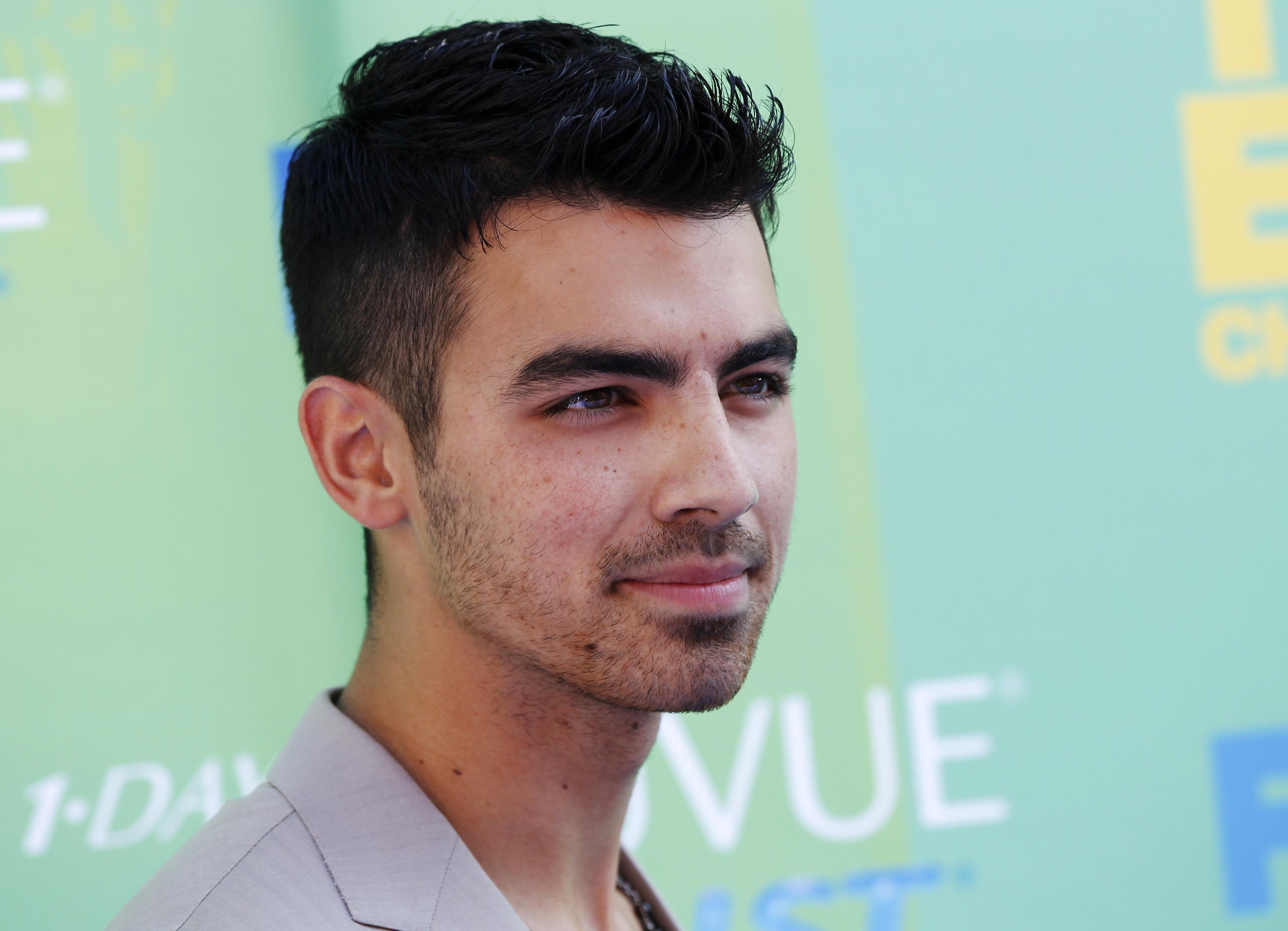 Joe Jonas transou pela primeira vez aos 20 anos com uma atriz