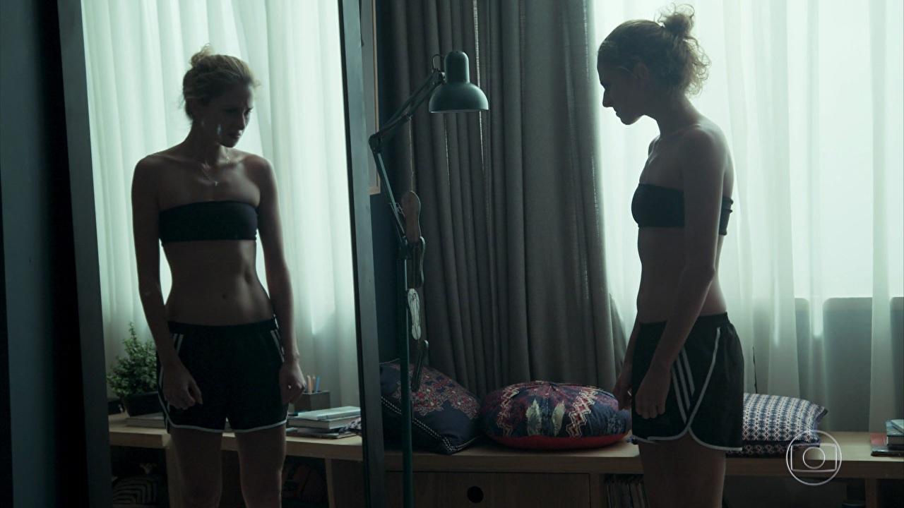 Ivana não se reconhece ao olhar no espelho