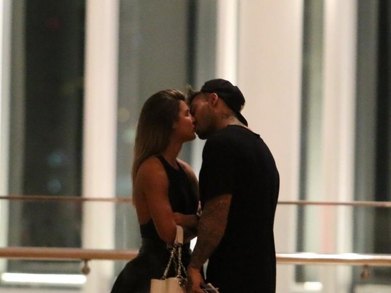 Lucas Lucco e Vitoria Gomes são flagrados aos beijos