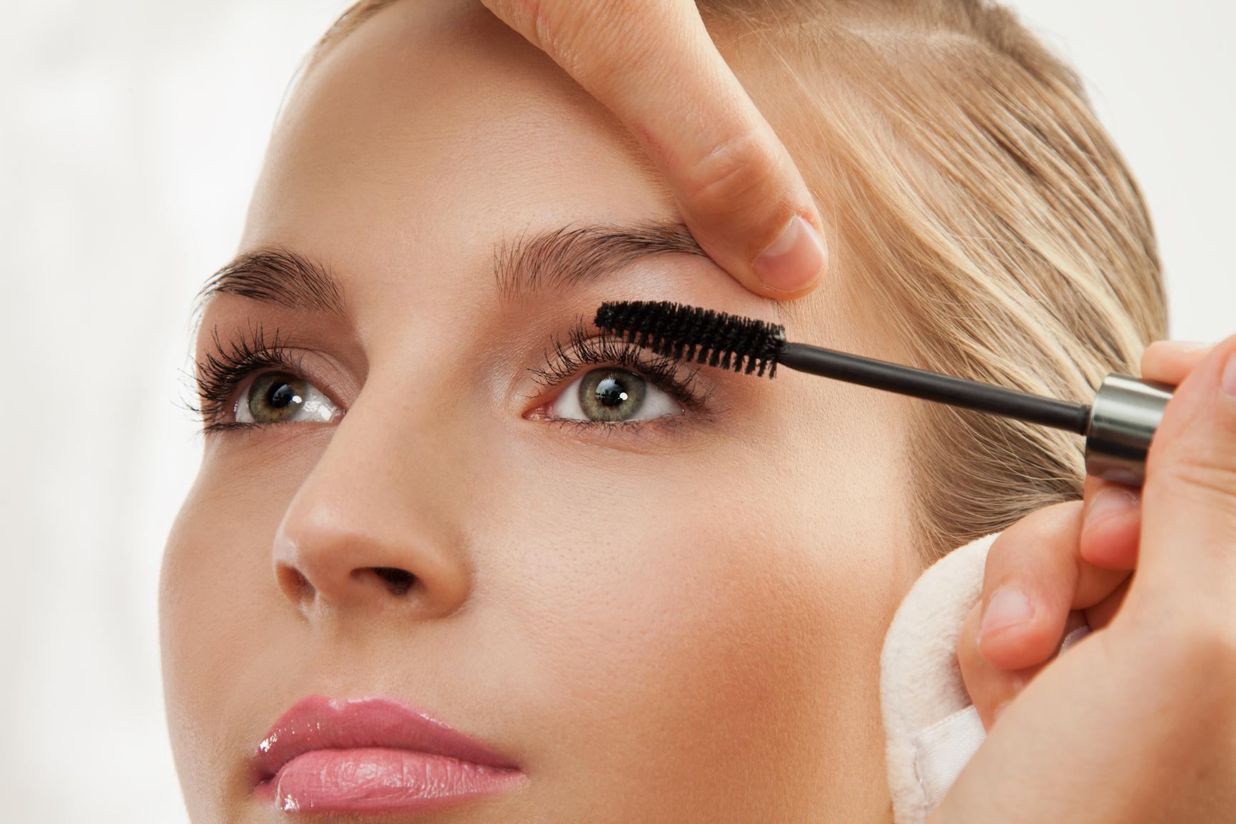 Passar rímel ou lápis de olho para destacar o olhar