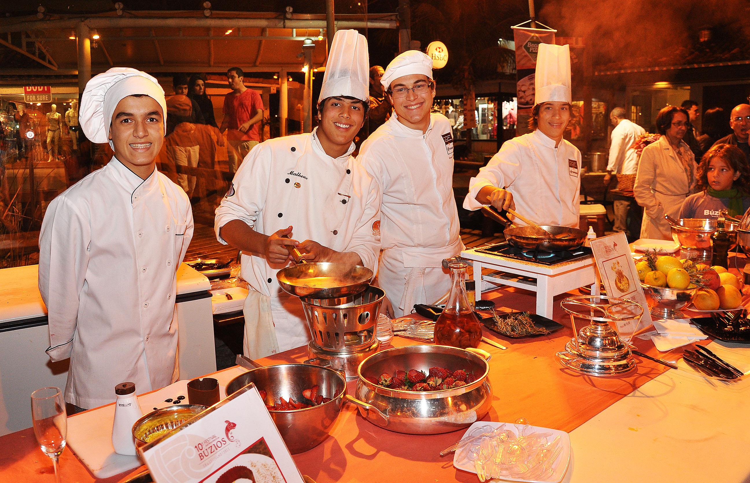 Os restaurantes montam stands nas ruas e oferecem pratos aos clientes