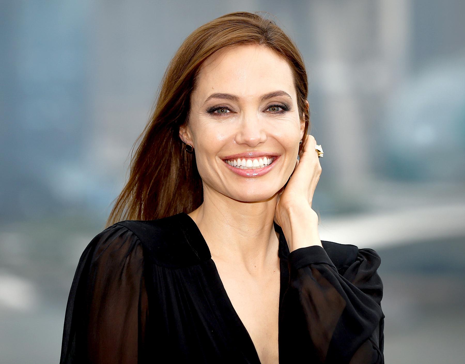 Angelina Jolie perdeu a virgindade aos 14 anos