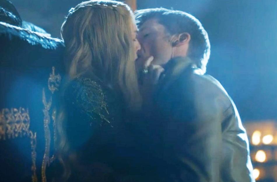 Cersei é forçada a fazer sexo com Jamie no funeral do filho