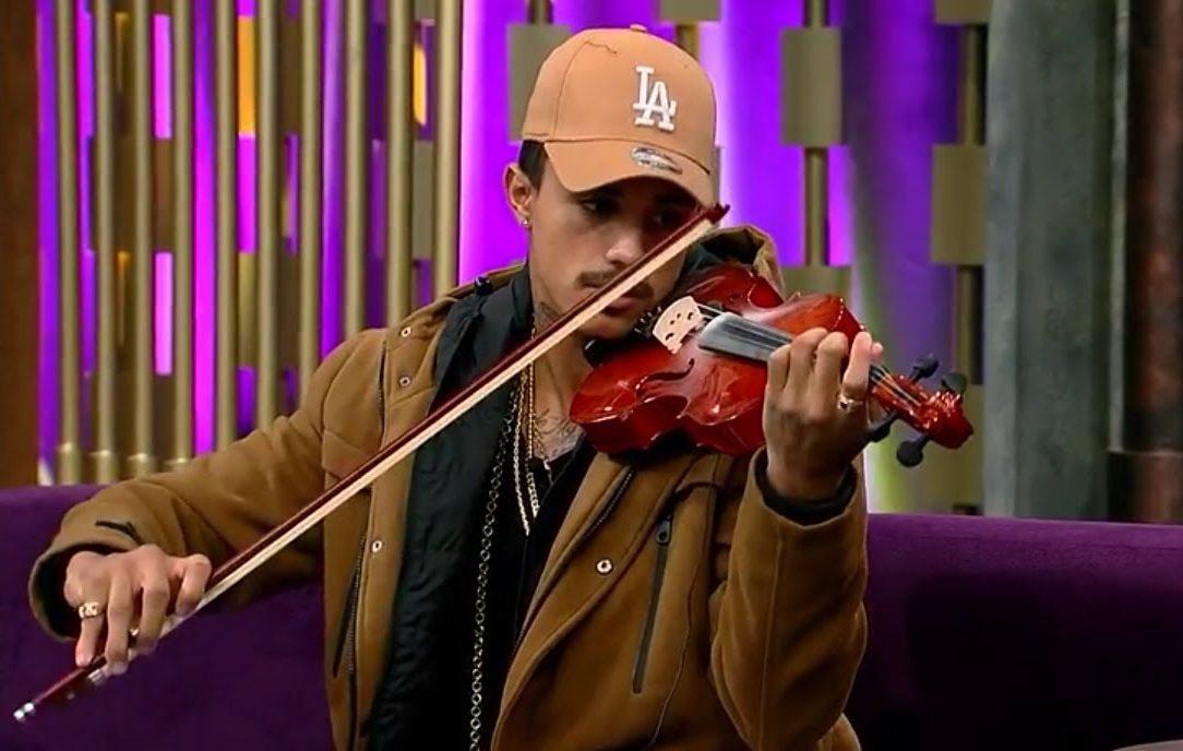 Mc Livinho toca violino desde jovem