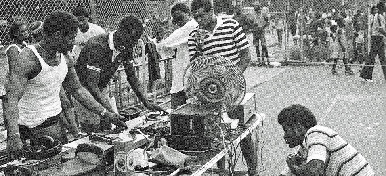 Os djs usavam toca discos para remixar as mísicas