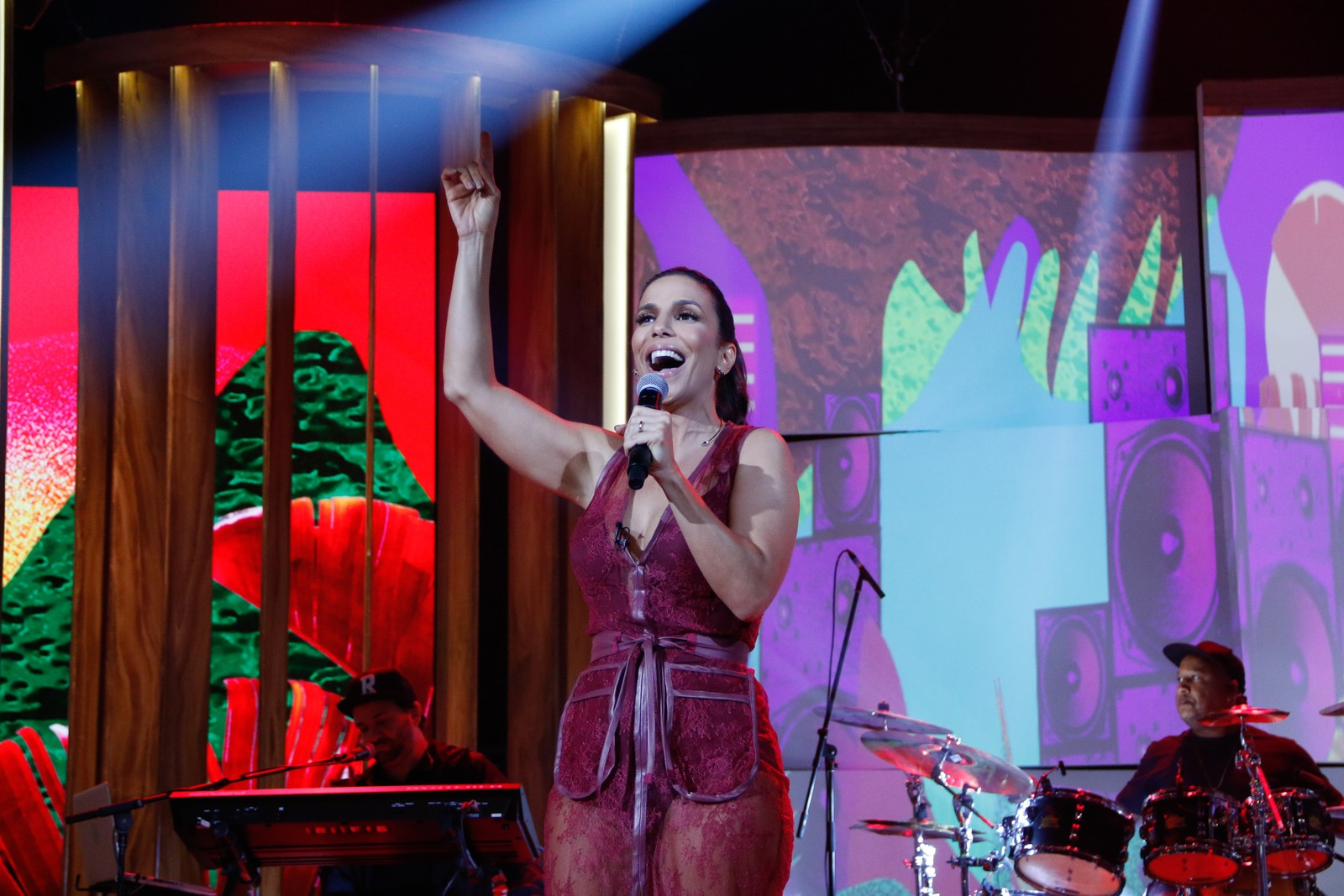 Durante entrevista, Ivete canta seus sucessos