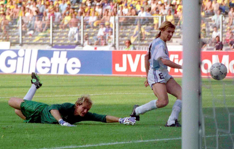 O argentino Caniggia dribla o goleiro Taffarel e marca o gol que elimina o Brasil na Copa de 1990