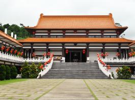 O templo possui arquitetura ocidental e é um local de paz